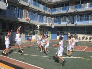 Equipo de básquetbol del Amado Nervo jugando en la cancha del colegio