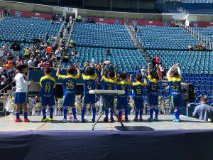 Equipo de Fútbol del Amado Nervo recibiendo una copa en la cancha del Cruz azul