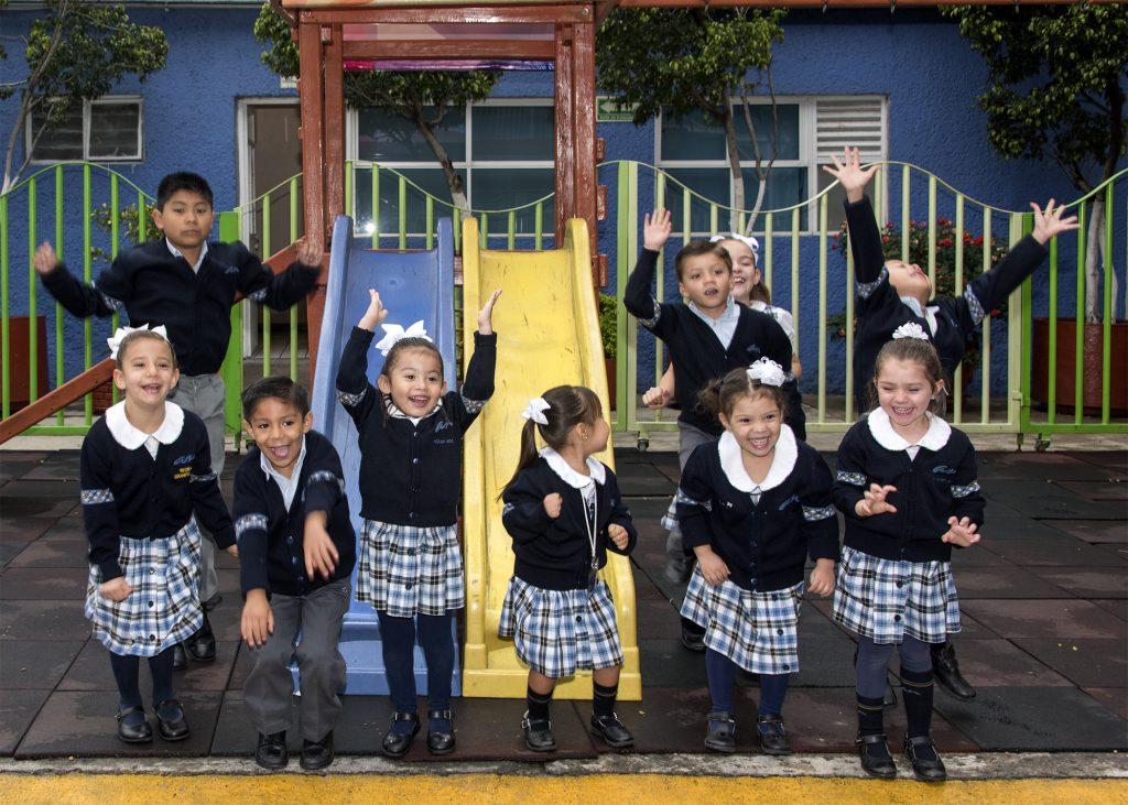 Un grupo de niños saltando y jugando