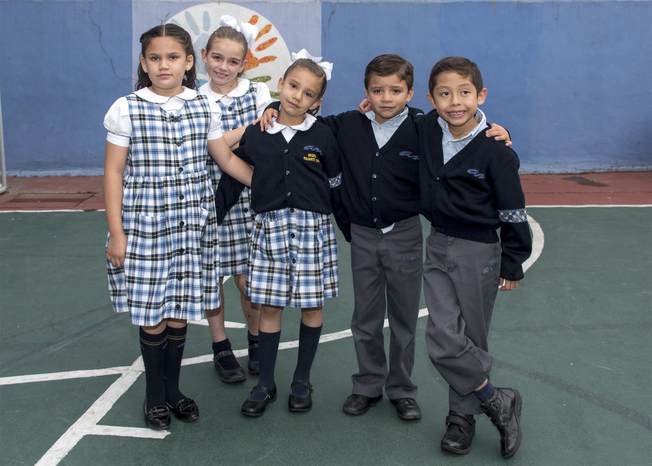 Niños y Niñas con uniforme Amado Nervo posando.