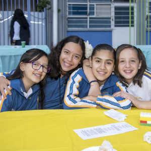 niñas abrazadas exponiendo un proyecto en el colegio Amado Nervo