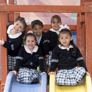 grupo de niños sonriendo en una casa