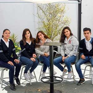 Grupo de jóvenes sonriendo en la cafetería de la escuela Amado Nervo