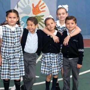 Grupo de niños abrazados en el patio de la escuela Amado Nervo