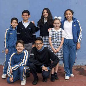 jóvenes posando para foto en el patio del colegio Amado Nervo